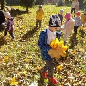 Jesienne spacery przedszkolaków